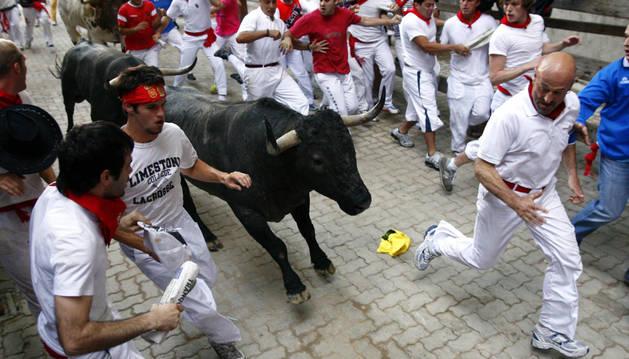El mozo guipuzcoano en una de sus clásicas carreras. Dirige  a uno de los toros en el callejón camino de la plaza de Toros.