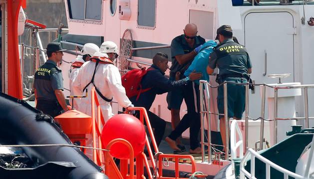 LLegada al puerto de Almería de 22 inmigrantes de origen argelino que rescatados por Salvamento Marítimo.