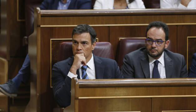 Pedro Sánchez y Antonio Hernando, en la primera jornada del debate de investidura.