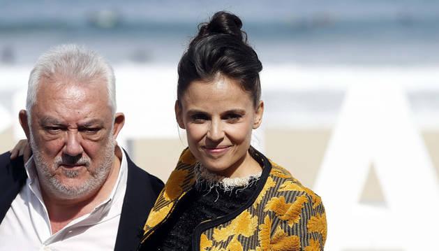 Imanol Uribe junto a la actriz Elena Anaya en la presentación de 'Lejos del mar' en el Festival de Cine de San Sebastián en 2015.