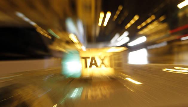 Imagen de un indicativo de taxi en Pamplona.