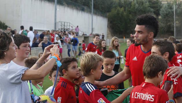 Manu Riviere con unos jóvenes aficionados tras el amistoso contra el Numancia, al que marcó un gol.