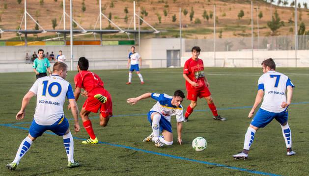 Un jugador del Burladés roba el balón a su rival del Valle de Egüés en el encuentro de ayer.