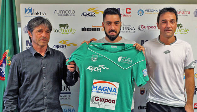 Eric Martel posa con la camiseta del Magna junto a Tatono e Imanol Arregui.