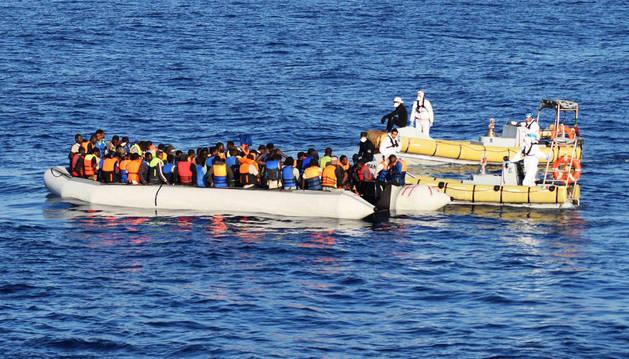 El ejército italiano ayuda a decenas de inmigrantes durante una operación de rescate en el mar Mediterráneo.