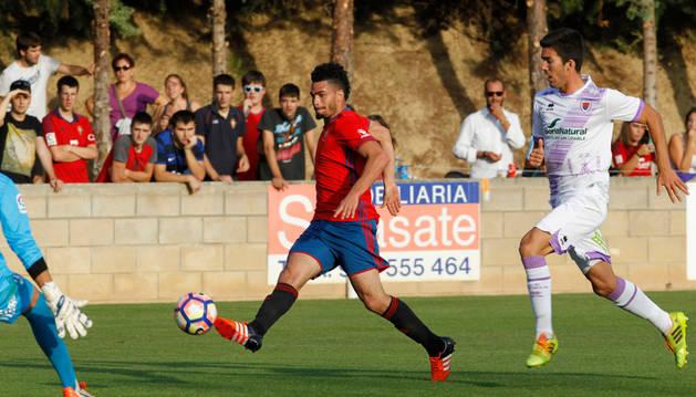 El delantero francés de Osasuna, Riviere, bate con un toque de calidad al guardameta Viti en el tanto que dio la victoria a Osasuna en Arróniz.
