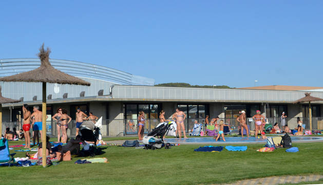 Una zona del césped del complejo deportivo de San Adrián, junto a la piscina de chapoteo, abarrotada de bañistas la semana pasada.