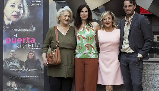 Los actores Terele Pávez (i), Carmen Machi (2d) y Asier Etxeandia (d), posan junto a la directora argentina Marina Seresesky (2i), durante la presentación de la película 'La puerta abierta'