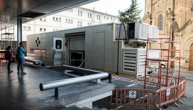 Unidad móvil de resonancias magnéticas de Centro Granada ubicada en el recinto del CHN.