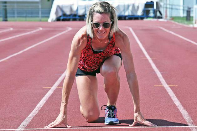 La atleta navarra Izaskun Osés en la pista de Larrabide, en Pamplona, donde entrena.
