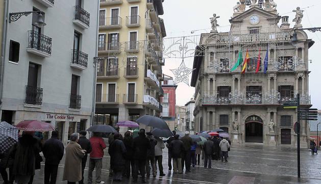 Colas frente al Ayuntamiento en el reparto del calendario municipal de otro año.