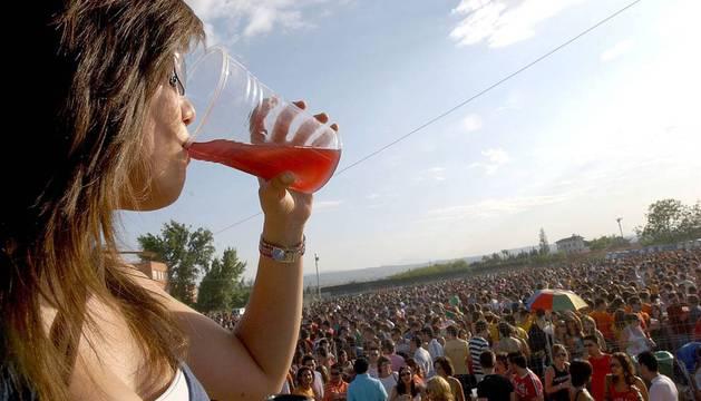 Uno de los botellones autorizados por el Ayuntamiento de Granada en 2008.