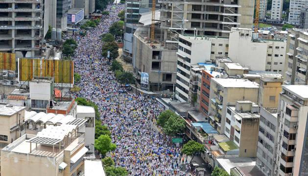 Los activistas de la oposición marchan en Caracas.