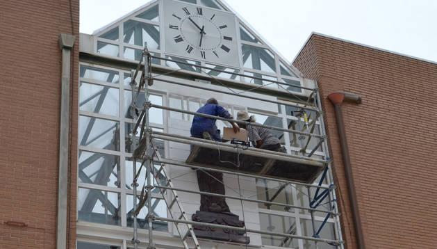 Julio Osés instala su obra en la fachada del Ayuntamiento ribero.