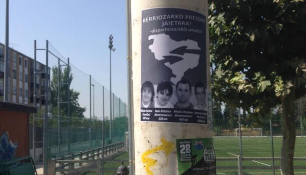Uno de los carteles pegados en Berriozar.