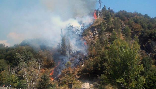 Un fuego se ha declarado este jueves en el monte Miravalles de Villava.