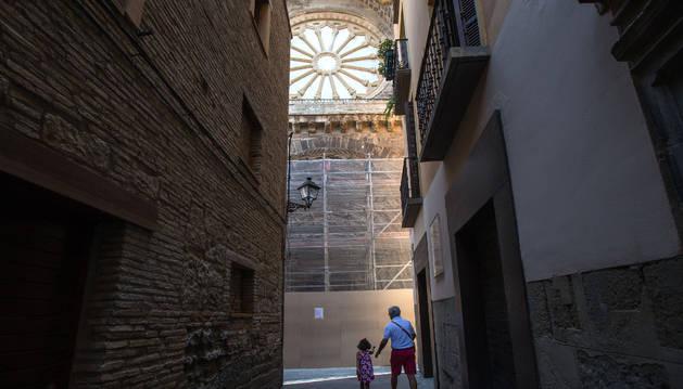 La Puerta del Juicio, con los andamios colocados para llevar a cabo el estudio previo a la restauración.