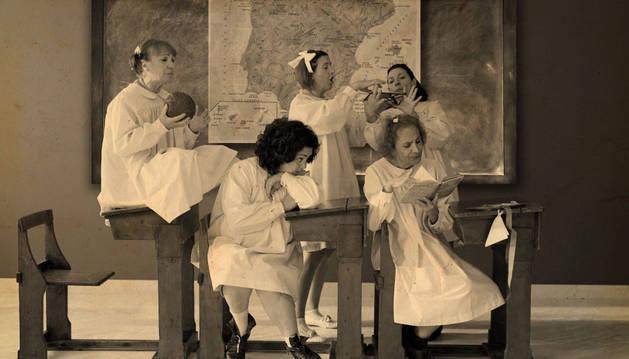 En primer plano, las actrices Loli Astoreka (izq.), Gurutze Beitia y Elena Irureta, en una escena de El florido pensil. Niñas.