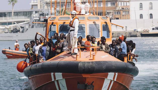 Una patera con 52 personas a bordo -nueve mujeres y 43 hombres- ha llegado este jueves al puerto de Málaga.