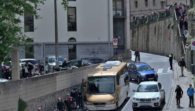 Tráfico en la cuesta Santo Domingo de Pamplona en la salida del aparcamiento.