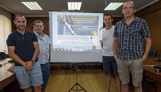 Desde la izquierda, Roberto Montoya (gestor del C.D. Larrazko), Ignacio Sanz de Galdeano(concejal de Deporte), Aitor Pedroarena (coordinador de Urdi S.L.) y Fermín Unzu (director Urdi S.L.).