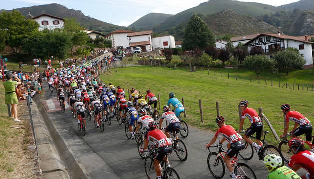 El pelotón, con más de media hora de retraso, afrontando el repecho de Zugarramurdi durante la etapa.