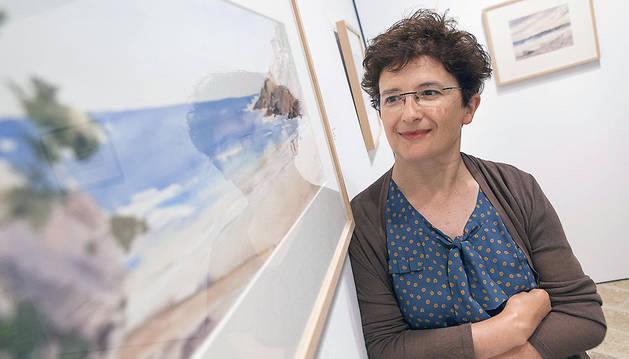 La pamplonesa Txon Pomés  junto a una de sus obras.