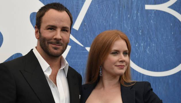 La actriz Amy Adams y el director Tom Ford en el Festival de Venecia.