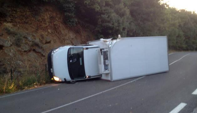 Herido leve tras volcar el camión que conducía en Iza