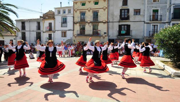 Un grupo conformado por más de veinte mujeres danzaris bailó dos piezas a la patrona en la plaza de la Villa.