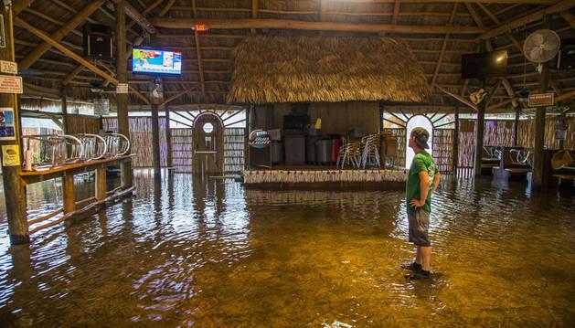 Una cafetería inundada tras el paso del huracán Hermine por St. Marks, Florida.