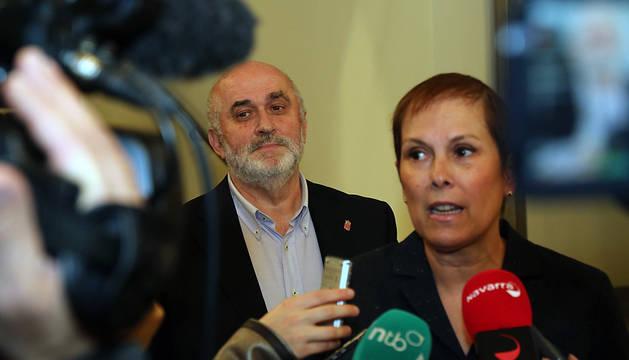 Barkos y Mendoza, tras una reunión con padres del PAI en diciembre de 2015.