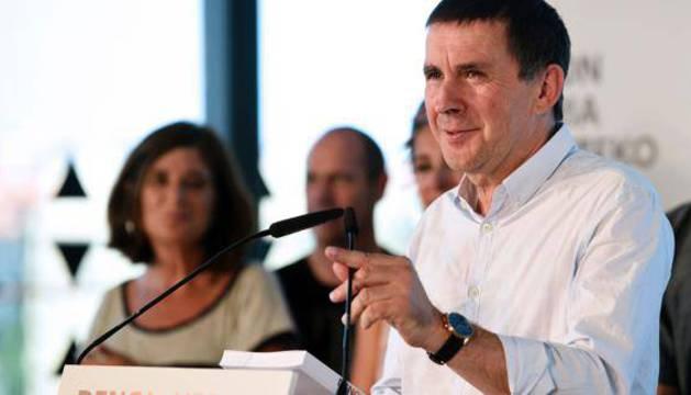 Arnaldo Otegi presenta las propuestas en San Sebastián.