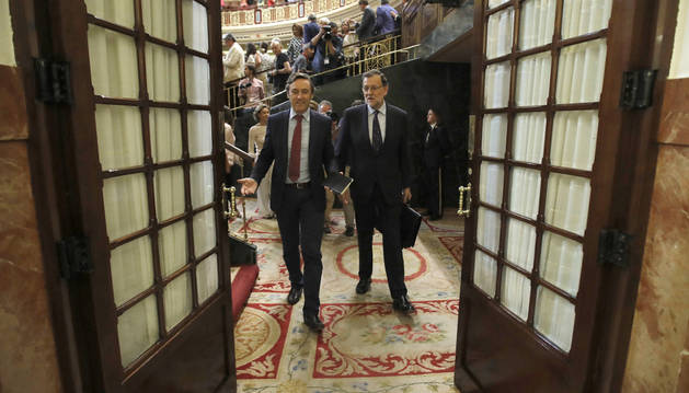 El candidato a la presidencia del Gobierno, Mariano Rajoy (d), acompañado del portavoz del PP en el Congreso, Rafael Hernando (i), abandona el Congreso de los Diputados al término de las votaciones de la tercera sesión del debate de investidura.