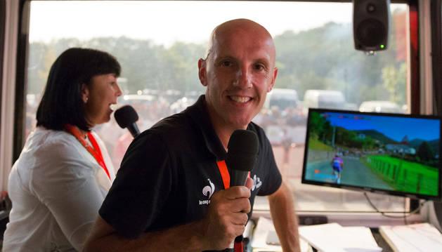 El 'speaker' Juan Mari Guajardo, en la cabina desde la que comentó ayer en Dantxarinea el final de la etapa.