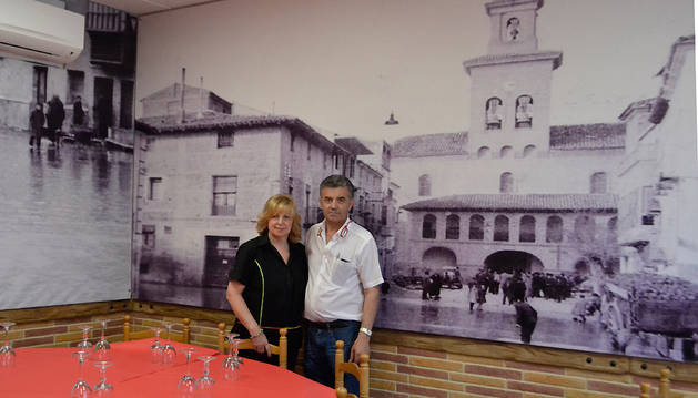 Los hermanos Elvira y Manuel Berisa Berisa delante de un de los fotomurales del restaurante Venecia.