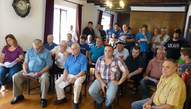 Asistentes a la sesión de ayer al mediodía en el Ayuntamiento de Etxalar.