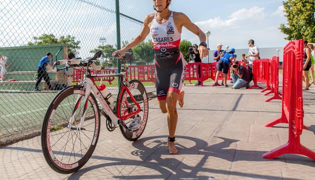 Ana Casares se dispone a coger la bicicleta durante su último triatlón que tuvo lugar ayer en el barrio de  San Juan.