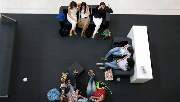 Un grupo de estudiantes descansa en las instalaciones de la Universidad de Navarra durante el arranque de este curso.