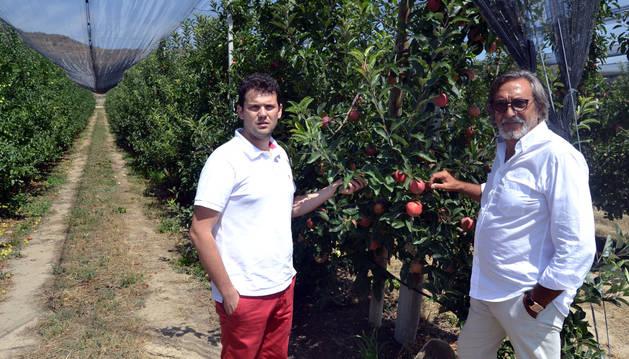 De izquierda a derecha, el alcalde de Fitero Raimundo Aguirre y el empresario Raúl Sanz en una finca de frutales.