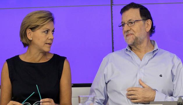 El presidente del Gobierno en funciones y del Partido Popular, Mariano Rajoy, conversa con la secretaria general del partido, María Dolores de Cospedal.