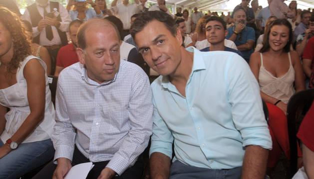 Pedro Sánchez y el candidato socialista a la Presidencia de la Xunta, Xoaquín Fernández Leiceaga, durante el acto celebrado en Oroso