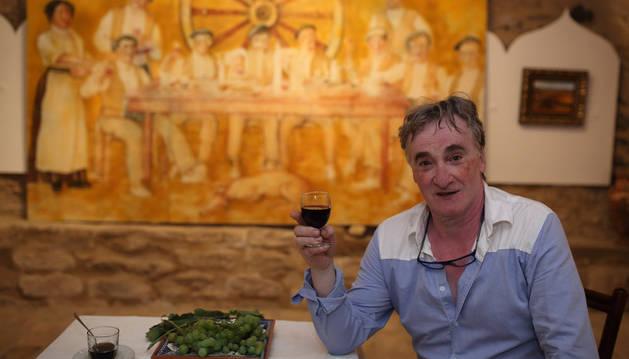 Antonio Laita, el pasado sábado, ante el cuadro que inspira la exposición de su casa este año.