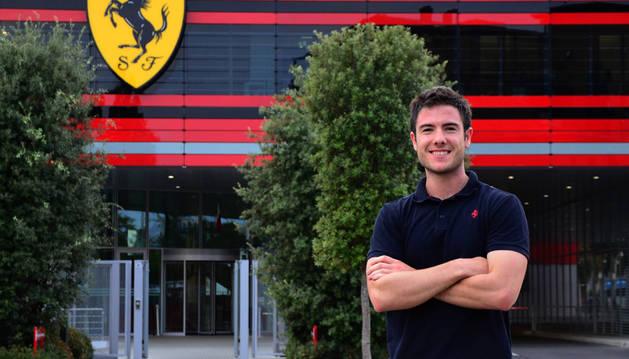 Rubén Anaut Domeño, en la entrada al nuevo edificio de Fórmula 1 de Ferrari en Maranello, Italia.