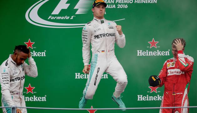 Rosberg celebra su victoria en el podio, entre Hamilton y Vettel.