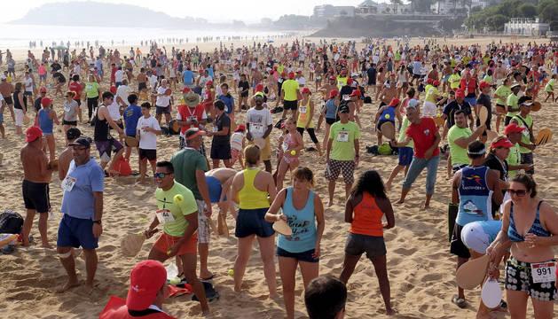 Varias personas juegan a las palas en segunda playa del Sardinero de Santander.