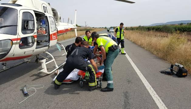 Los servicios sanitarios trabajan en el lugar del accidente.