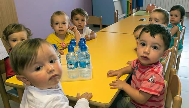 Alumnos del ciclo 0-3 años del colegio Mater Dei de Ayegui, el pasado jueves, durante su primer día de clase.