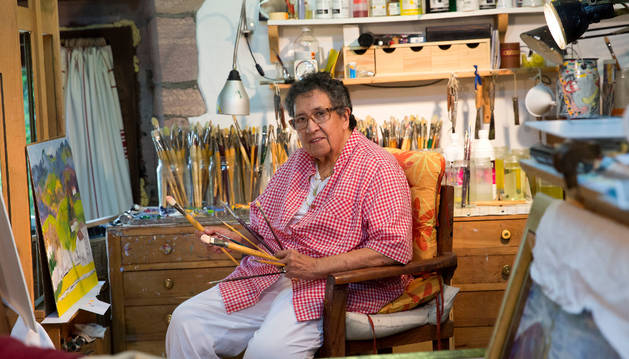 Ana Mari Marín, posando ayer con sus pinceles en su estudio de Amaiur.