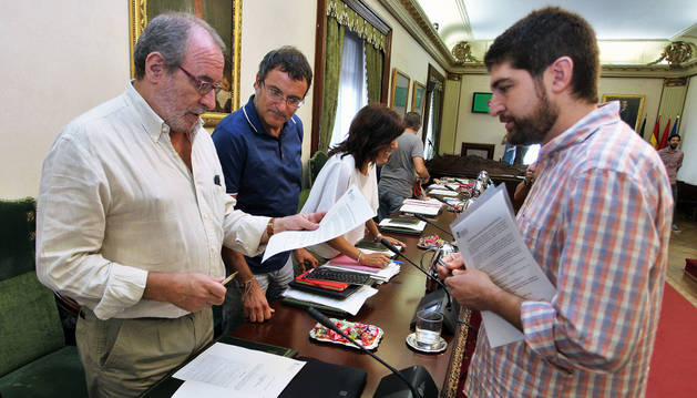 Iñaki Cabasés y Mikel Armendáriz (Geroa Bai), hablan con Aritz Romeo (BIldu).